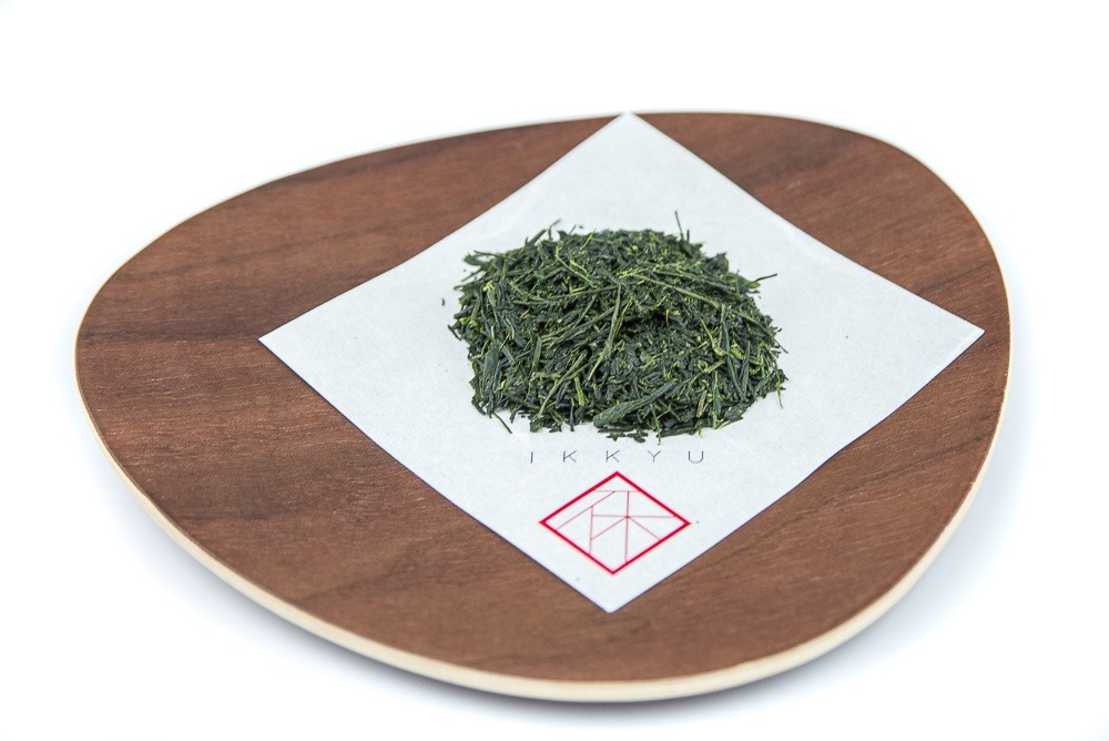 Gyokuro from Yame on a wooden plate